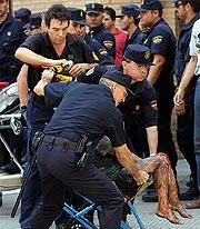 Policías trasladan a uno de los heridos. (Foto: EFE)