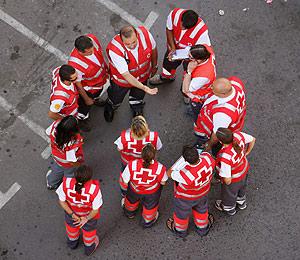 Los equipos sanitarios, en el lugar del accidente. (Foto: AFP)