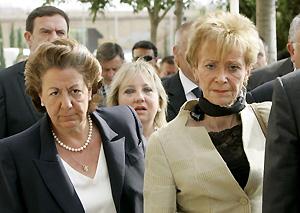 De la Vega, a la dereche de la alcaldesa de Valencia, Rita Barbera. (Foto: AP)