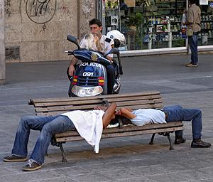Indigentes en la plaza de la Luna. (Foto: Javi Martínez)