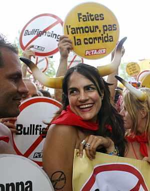 Activistas antitaurinos, en la concentración. (Foto: AFP)