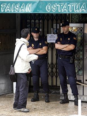 Agentes de la Policía custodian la entrada del bar Faisán, propiedad de Joseba Elosua. (Foto: Justy)