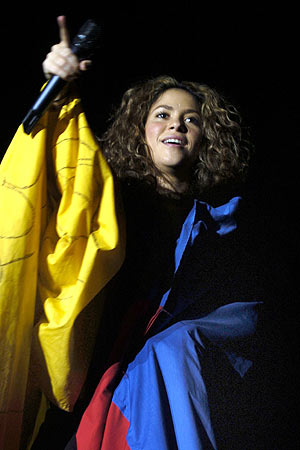 Shakira cubierta con la bandera colombiana durante un momento del concierto. (Foto: EFE)