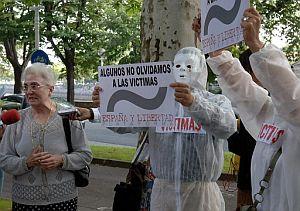 La madre de Joseba Pagazaurtundua, Pilar Ruiz (izq), protesta junto a varios miembros de la plataforma España y Libertad. (Foto: EFE)