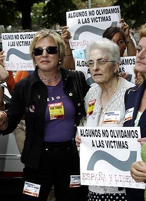 La madre de Joseba Pagazaurtundua, Pilar Ruiz, durante la protesta antes de la reunión. (Foto: Iñaki Andrés)