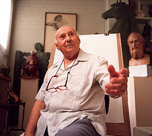 El escultor Juan de Ávalos, en su estudio, en una imagen de 2002. (Foto: Julián Jaén)