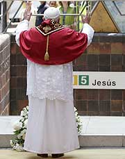 El Papa reza por las víctimas del metro. (Foto: Alberto di Lolli.)