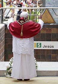 El Papa, a la entrada de la estación de metro. (Foto: Alberto di Lolli)