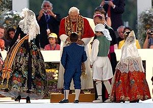 El Papa atiende a un grupo de niños. (Foto: EFE)