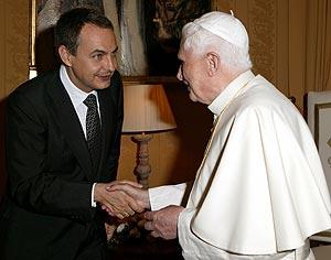 Zapatero saluda al Papa durante su encuentro. (Foto: EFE)