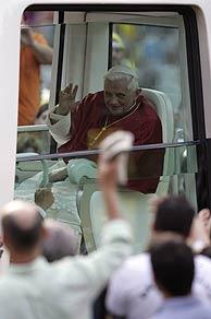 El Pontífice saluda desde el 'papamóvil'. (Foto: EFE)