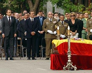 El féretro, ante Zapatero y Alonso; detrás, Mariano Rajoy. (Foto: EFE)