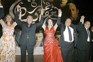 Los actores protagonistas de 'Amaret Yacoubian' durante el estreno. (Foto: EFE)