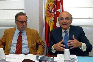 Núñez Morgades (d) y Pere Navarro, al inicio de la reunión. (Foto: EFE)