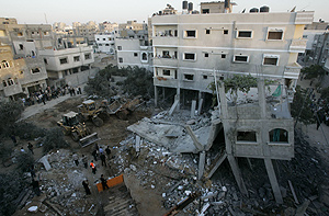 Restos del edificio desplomado como consecuencia del ataque israelí. (Foto: AP)