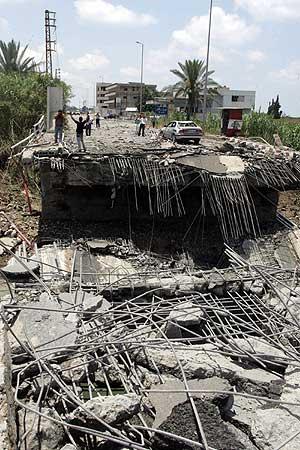 Ruinas del puente de Qassimiya, situado en las afueras de la ciudad libanesa de Tyre, bombardeada por las fuerzas israelíes. (Foto: AFP)