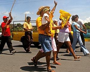 Seguidores del PRD inician su marcha hacia la capital desde Acapulco. (Foto: AFP)