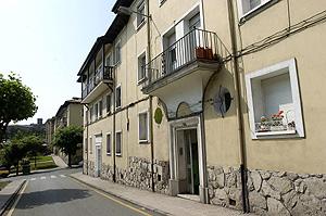 La casa de Gijón en la que fue detenido el presunto asesino. (Foto: EFE)