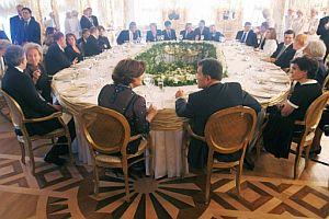 Vista general de la cena que se celebró en el palacio de Petrodvorets anoche. (Foto: EFE)