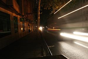 La calle de Quintana, con la única luz que emitían los coches. (Foto: J. Villanueva)