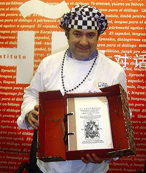 Firo Vázquez muestra el ejemplar del Quijote, elaborado con hojas hechas de harina de trigo e impresas con tinta de calamar. (Foto: EFE)