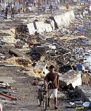 Pangandaran, al día siguiente del paso del 'tsunami'. (Foto: REUTERS)