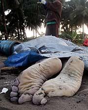 Uno de los fallecidos en la playa. (Foto: REUTERS)