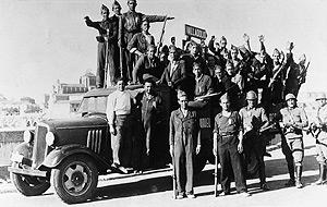 Tropas falangistas camino del frente en los primeros días del alzamiento. (Foto: EFE)