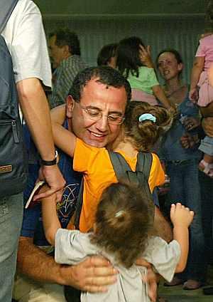 Varios evacuados, repatriados por el Gobierno desde Líbano, a su llegada esta tarde al aeropuerto de Barajas. (Foto: EFE)
