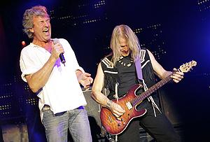 Dos componentes de Deep Purple, durante una actuación en Suiza el 15 de julio. (Foto: AFP)