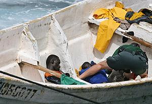Un guardia civil atiende a los inmigrantes. (Foto: REUTERS)