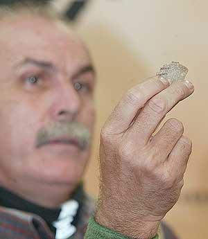 Carbonell muestra uno de los cuchillos usados por los caníbales. (Foto: Israel Murillo)