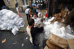 Las autoridades distribuyen hielo a los habitantes del barrio de Queens. (Foto: AFP)