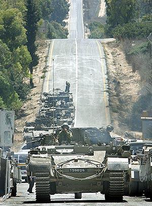 Los tanques israelíes, listos para cruzar la frontera con el Líbano. (Foto: AP)
