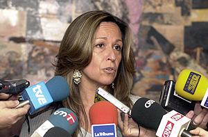 Trinidad Jiménez se dirige a los periodistas. (Foto: EFE)