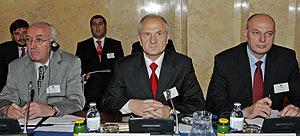 El portavoz de la Asamblea de Kosovo, Kole Berisha; el presidente kosovar, Fatmir Sejdiu; y el primer ministro, Agim Ceku. (Foto: AFP)