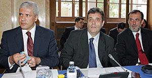 El presidente serbio, Boris Tadic; el primer ministro, Vojislav Kostunica; y el ministro de Exteriores, Vuk Draskovic. (Foto: AFP)