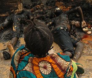 Una mujer congoleña ante sus familiares asesinados. (Foto: AFP)