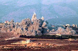 Columna de humo de uno de los ataques israelíes sobre la ciudad de Khiam. (Foto: EFE)