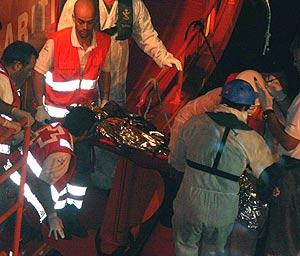 Uno de los cadáveres del cayuco, ya en tierra. (Foto: EFE)