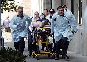 Los equipos médicos trasladan a una mujer herida. (Foto: AP)