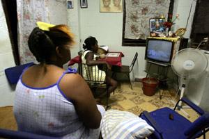 Una familia cubana ve en la televisión el comunicado de Castro. (Foto: REUTERS)