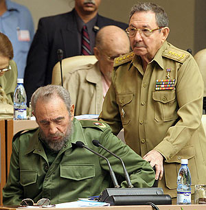 Raúl Castro, con Fidel, en una imagen de 2004. (Foto: AFP)