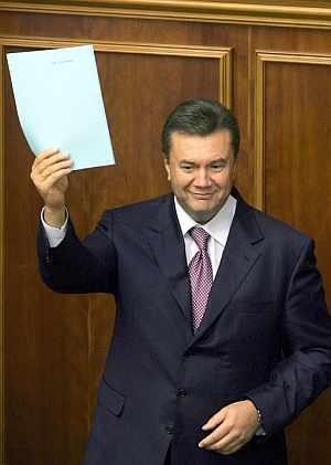 Victor Yanukovich muestra un decreto acerca de su nombramiento en el parlamento. (Foto: EFE)