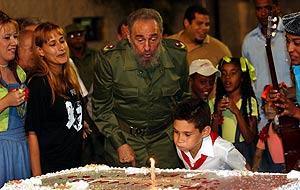 Fidel y Elián, en uno de los últimos cumpleaños del pequeño. (Foto: EFE)