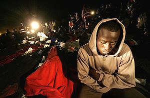Los campistas ayudaron a desembarcar a los inmigrantes. (Foto: AFP)