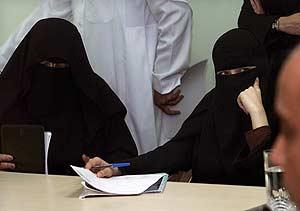 Dos periodistas asisten a una rueda de prensa. (Foto: Reuters)