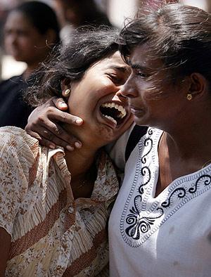 Dos compañeras de los fallecidos, rotas por el dolor. (Foto: AP)