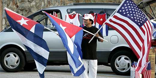 Un vendedor ambulante intenta vender sus banderas cubanas y americanas en la Pequeña Habana de Miami. (Foto: Reuters/Joe Skipper)