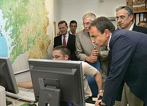 Zapatero con varios miembros del Ejecutivo gallego en el Centro de Coordinación. (Foto: EFE)